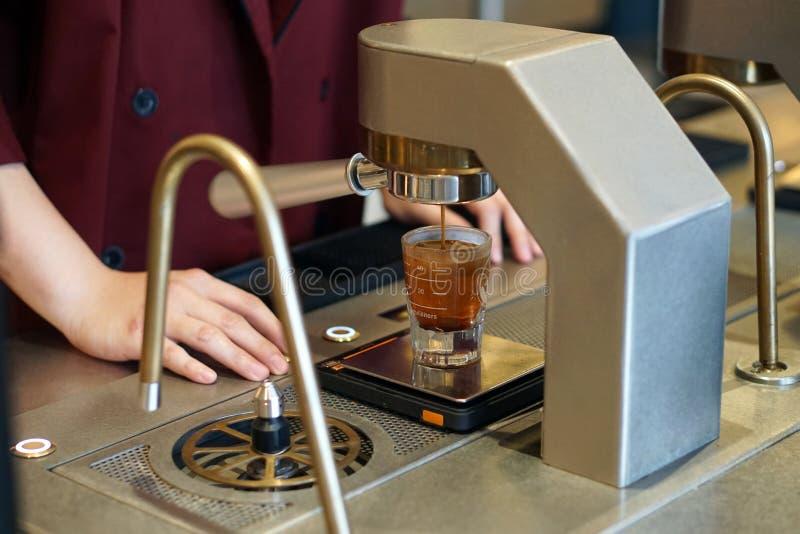 Maszyna do kawy wypycha espresso z kieliszka zdjęcia royalty free