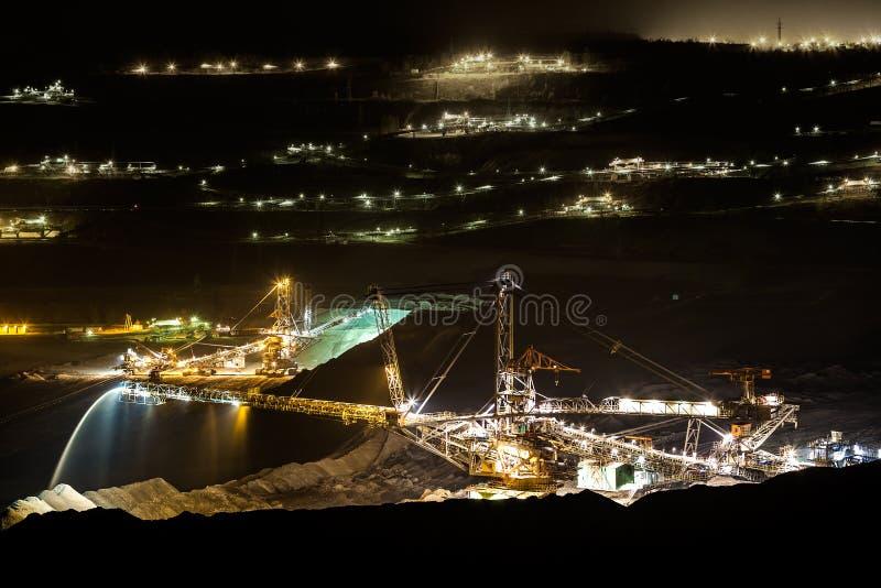 Maszyna w otwartej kopalni węgla przy nocą obraz royalty free