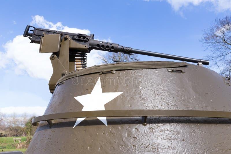 Maszynowy pistolet na starym amerykańskim zbiorniku z niebieskim niebem fotografia stock