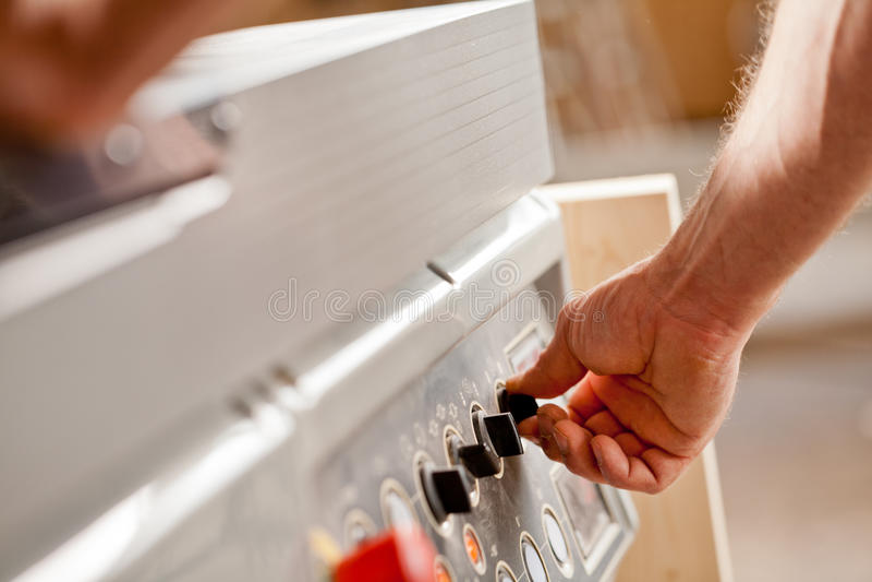 Maszynowy ustawianie mężczyzna ręką zdjęcia royalty free