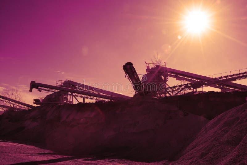 Maszyny ciężkie żwir produkcja w łupie zdjęcie stock