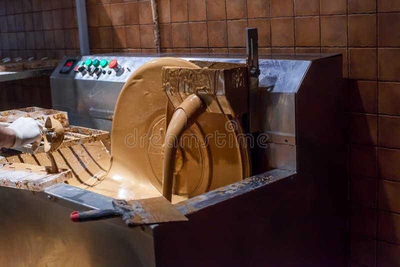Maszyny tworzenia i procesów czekolada Nalewać dojną czekoladę zdjęcie stock