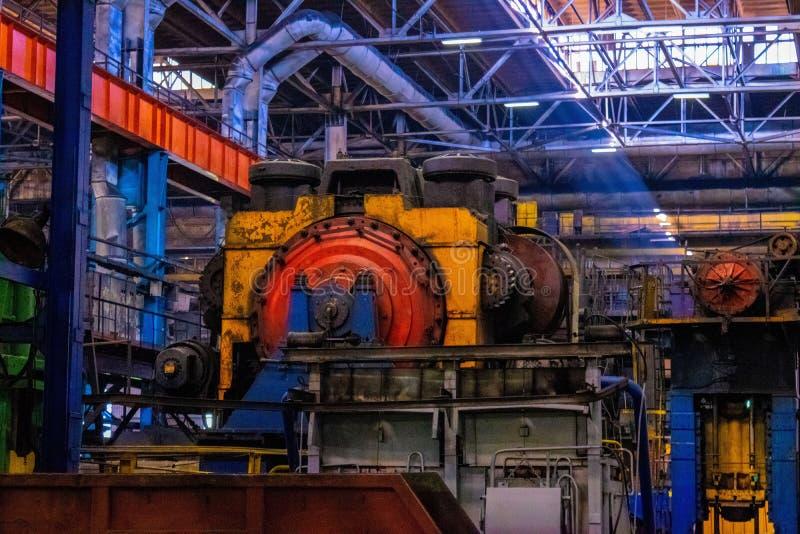 maszyny, wyposażenie i ciężki żelazny cechowanie w przemysłowej sklepowej kuźni roślinie, Manufaktura auto części obraz royalty free