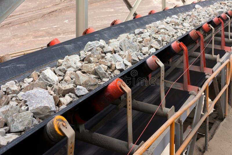 Matéria prima na correia transportadora antes de ser esmagado na mina de cobre fotos de stock