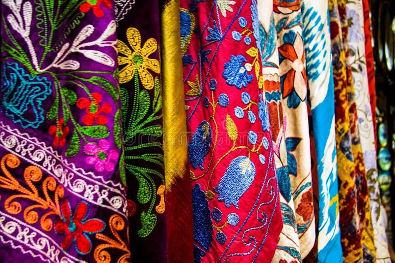 Matéria têxtil colorida na feira grande, Istambul, Turquia imagem de stock