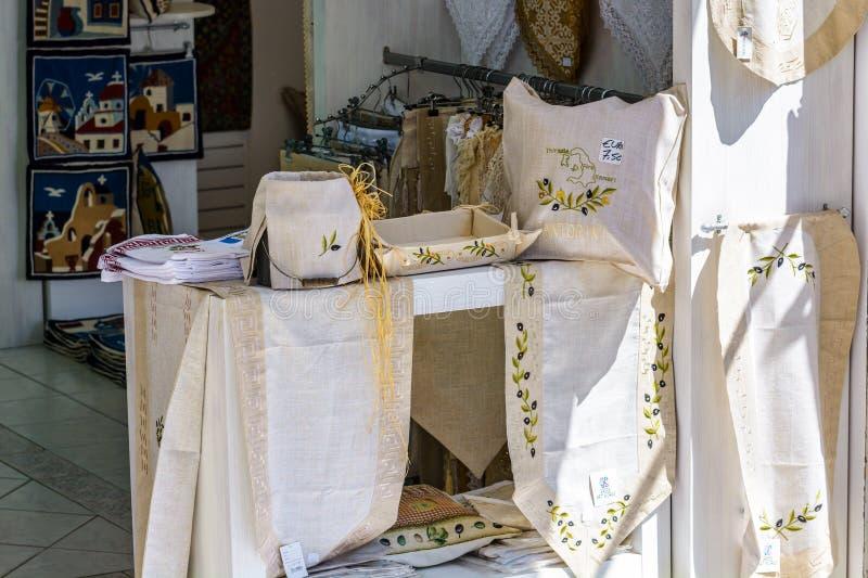 Matéria têxtil de Raditional e loja de lembrança gregas na cidade de Oia da ilha de Santorini imagem de stock