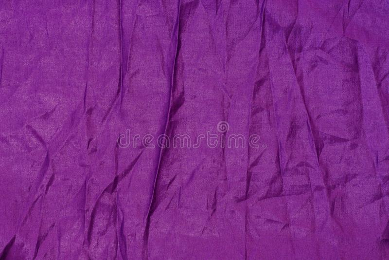Matéria têxtil de seda violeta textura rippled do fundo imagens de stock royalty free