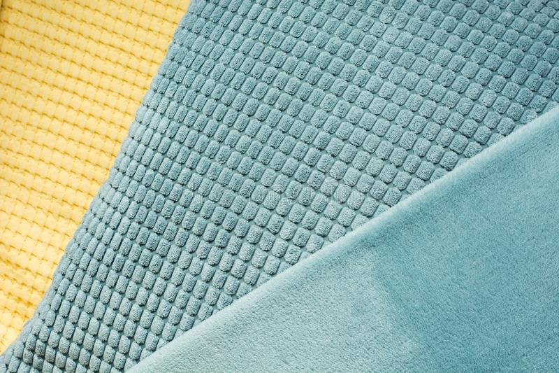 Matéria têxtil diagonal amarela e azul com texturas diferentes, fim acima Vista superior Teste padrão checkered abstrato fotos de stock