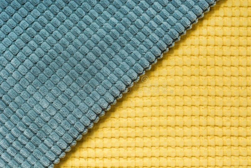Matéria têxtil diagonal amarela e azul, fim acima Vista superior Teste padrão checkered abstrato fotografia de stock royalty free