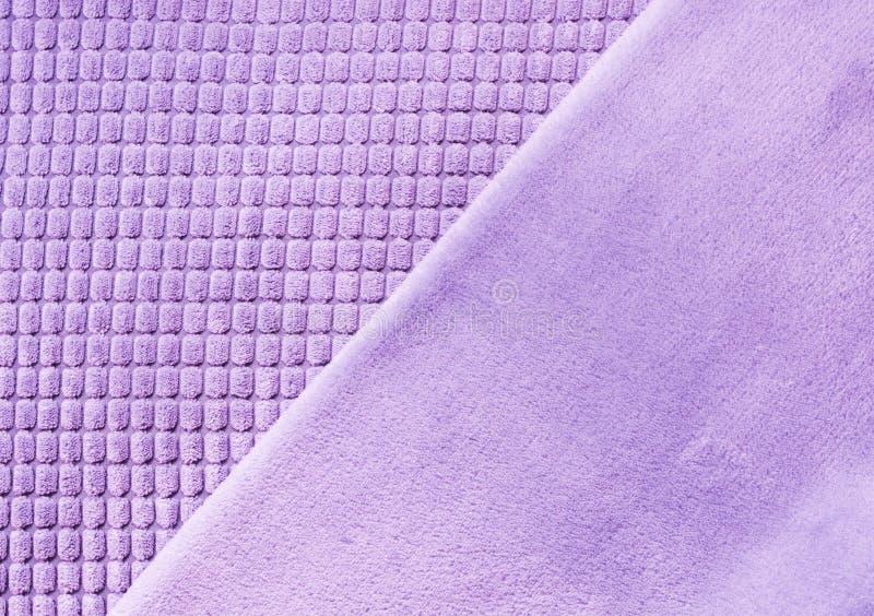 Matéria têxtil diagonal ultravioleta com texturas diferentes, fim acima Vista superior Teste padrão checkered abstrato foto de stock royalty free