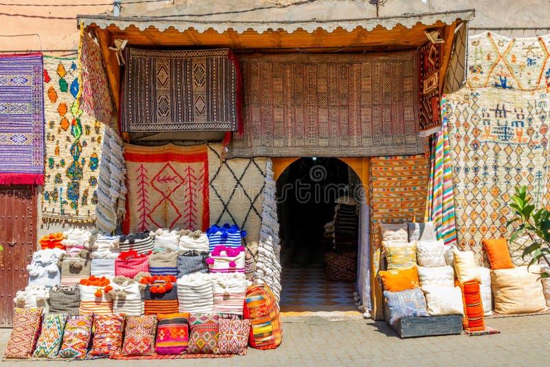 Matéria têxtil marroquina tradicional para a venda nos souks de C4marraquexe, Marrocos imagem de stock royalty free