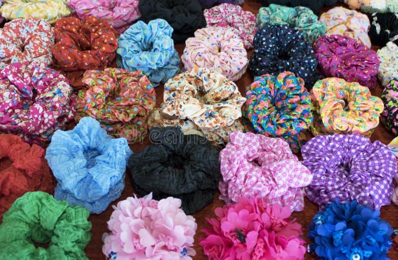 Matéria têxtil scrunchy O elástico bobble faixas do cabelo imagem de stock