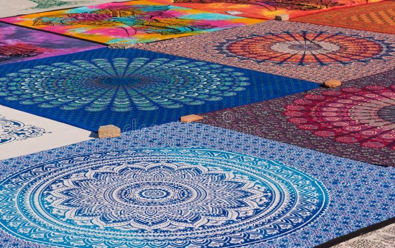 Matérias têxteis e lembranças árabes tradicionais, fundo colorido do teste padrão foto de stock royalty free