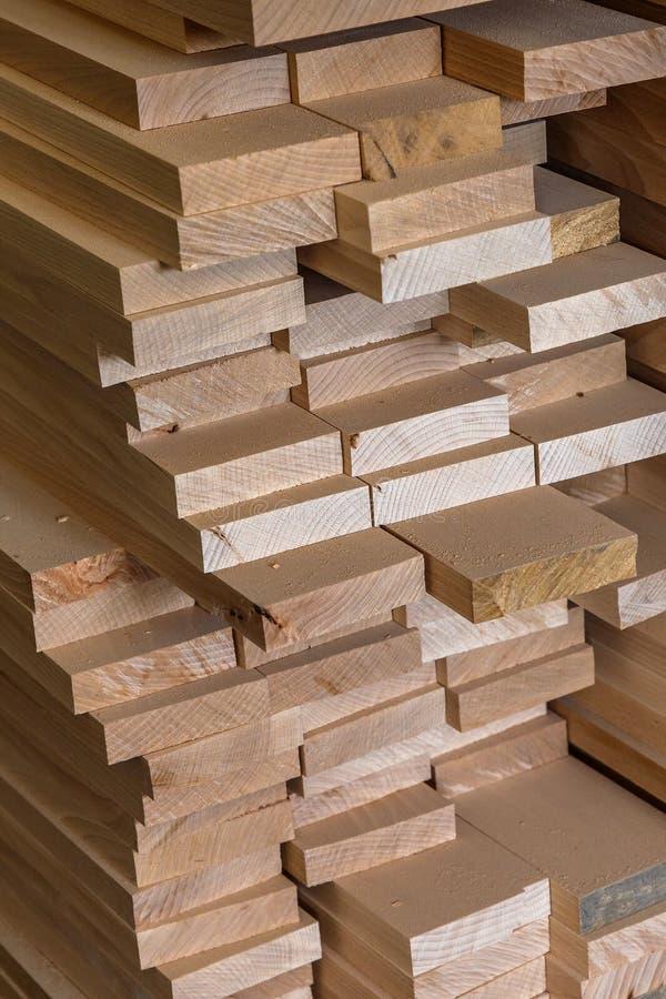 Matériau de construction en bois de bois de construction pour le fond et la texture Fin vers le haut abrégez le fond Petite profo images stock