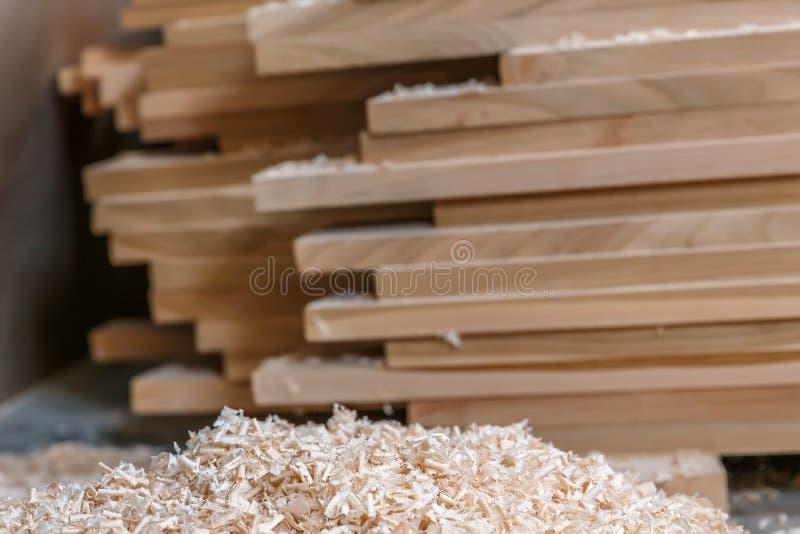 Matériau de construction en bois de bois de construction pour le fond et la texture Fin vers le haut copeaux en bois et pile de b photo libre de droits