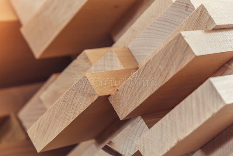 Matériau de construction en bois de bois de construction pour le fond et la texture Fin vers le haut Pile de barres en bois Petit images libres de droits