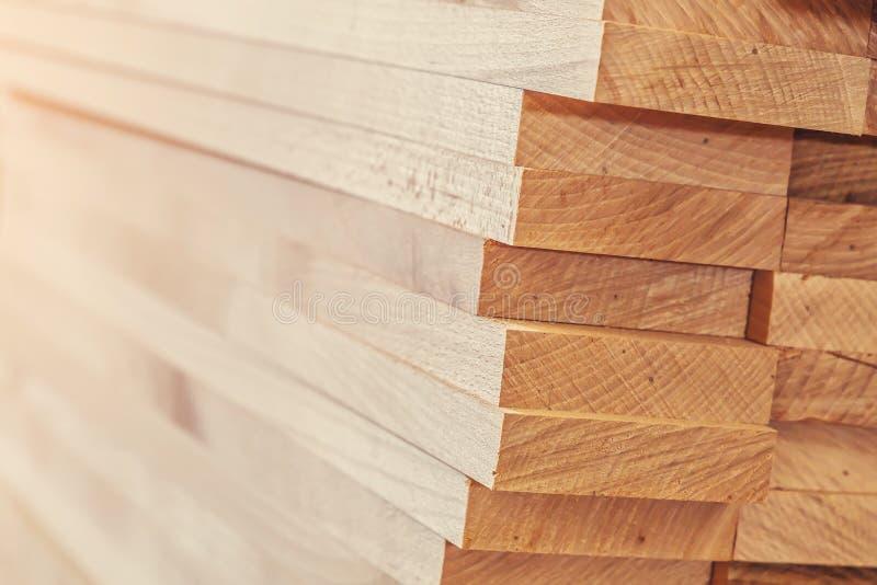 Matériau de construction en bois de bois de construction pour le fond et la texture Fin vers le haut Pile de barres en bois Petit image libre de droits