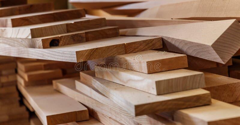 Matériau de construction en bois de bois de construction pour le fond et la texture Fin vers le haut Pile de barres en bois Petit photos libres de droits