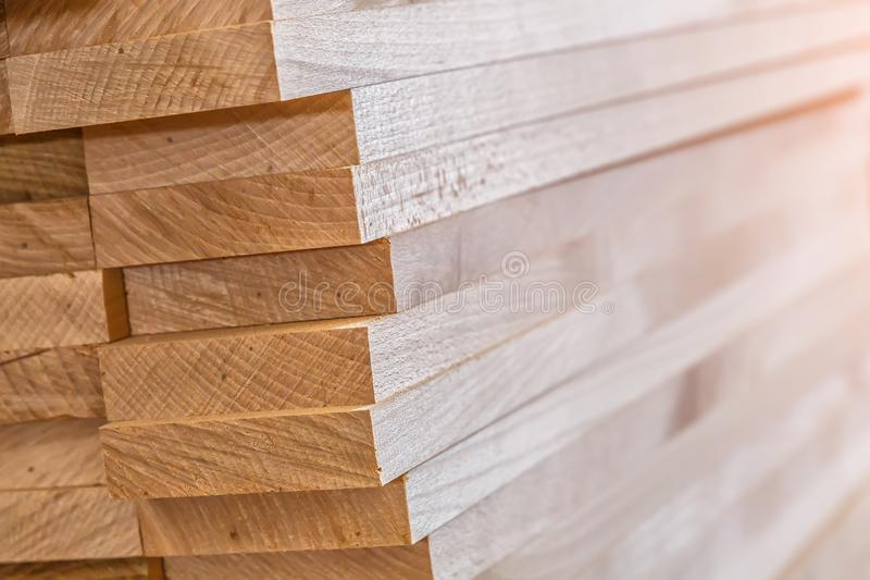 Matériau de construction en bois de bois de construction pour le fond et la texture Fin vers le haut Pile de barres en bois Petit photo libre de droits