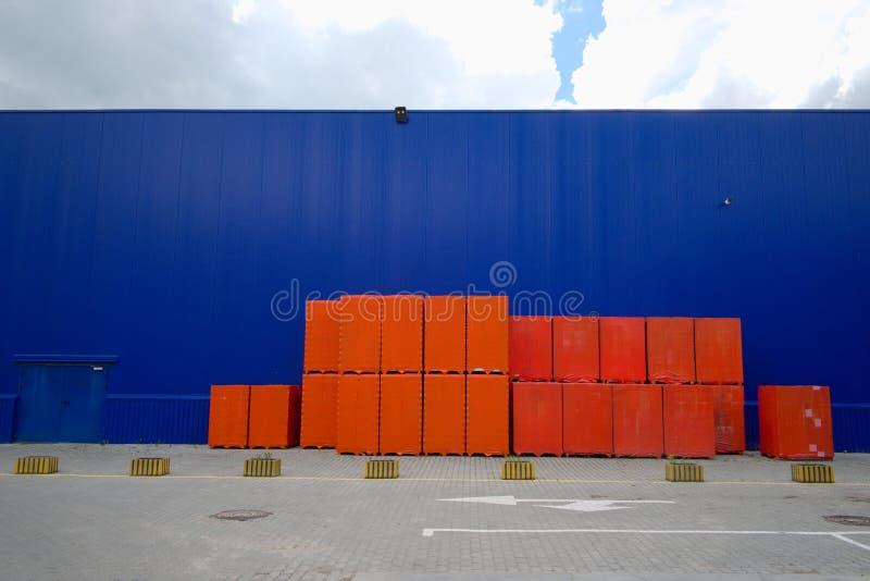 Matériaux de construction près de grand magasin de matériel images libres de droits