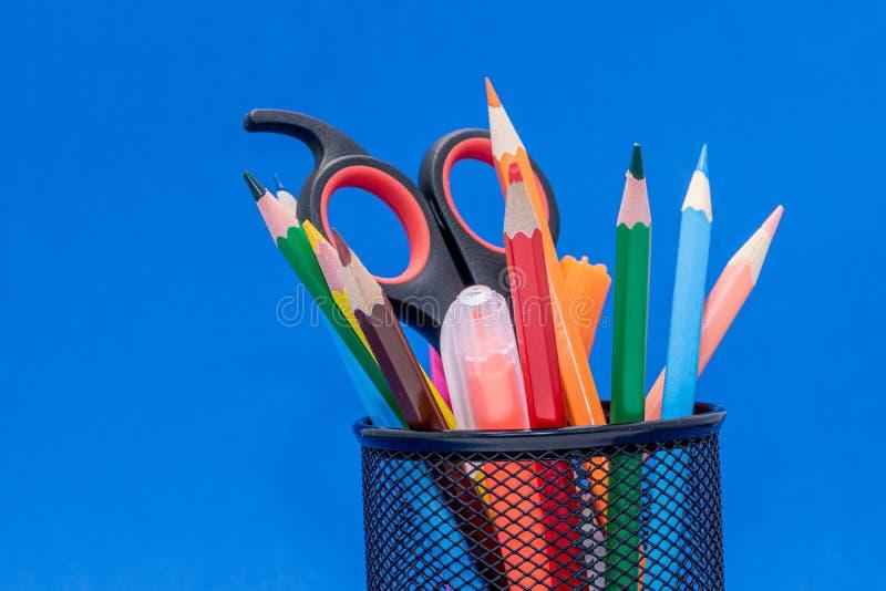 Matériaux de dessin tels que des crayons, des taille-crayons ou des ciseaux à l'école images stock