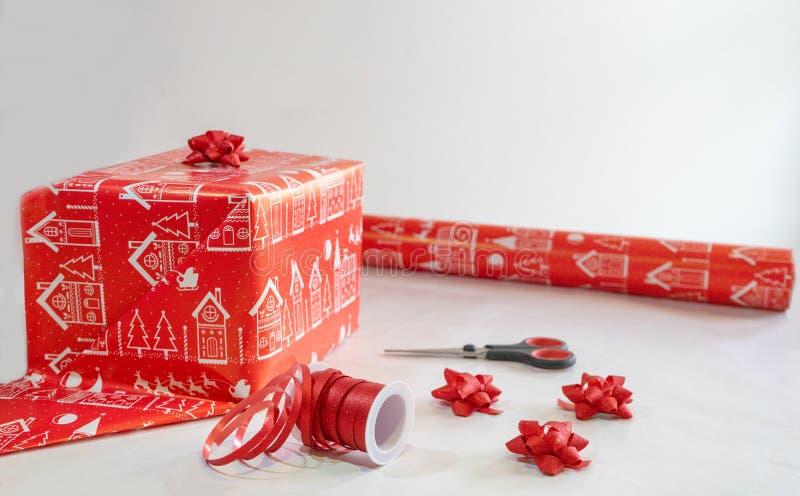 Matériaux pour envelopper et décorer un cadeau de Noël présent pour célébrer l'événement santa claus Enveloppe et préparation pou images libres de droits