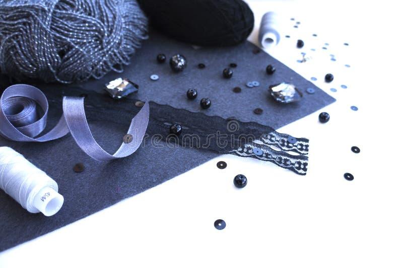 Matériaux pour la couture dans la couleur grise violette images stock