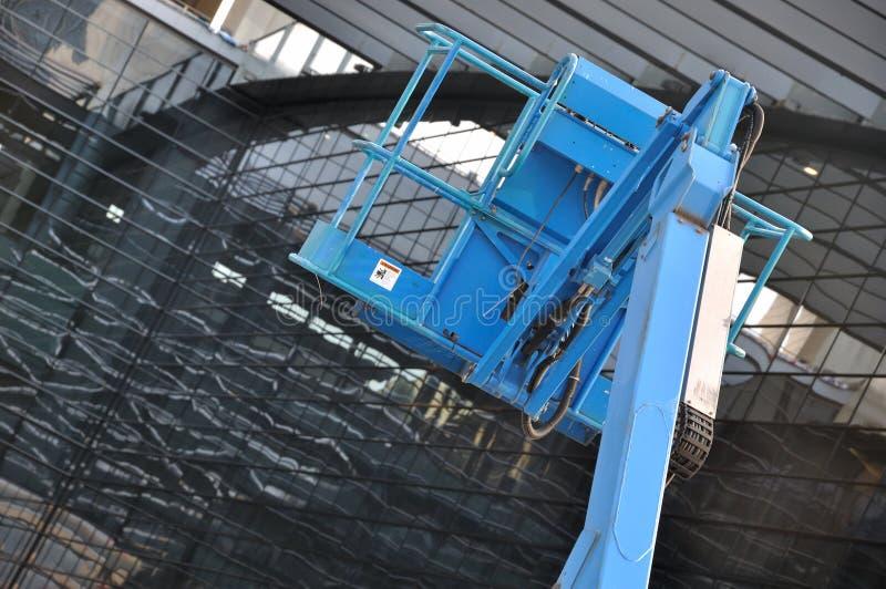 Matériel Avec La Plate-forme Travaillant à La Construction Photographie stock libre de droits
