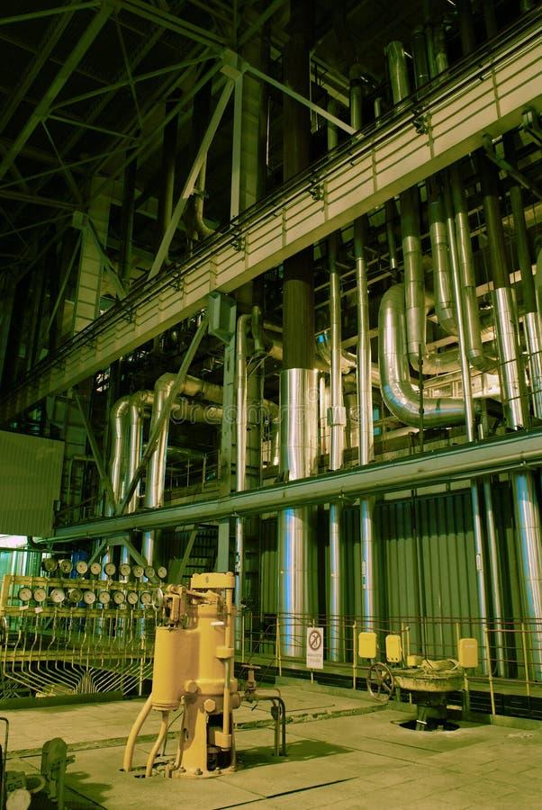 Matériel, câbles et tuyauterie à l'usine photos libres de droits