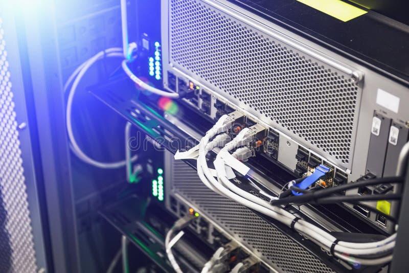 Matériel, commutateur et câble de panneau de réseau dans le centre de traitement des données ou la pièce de serveur, concept de c photos libres de droits