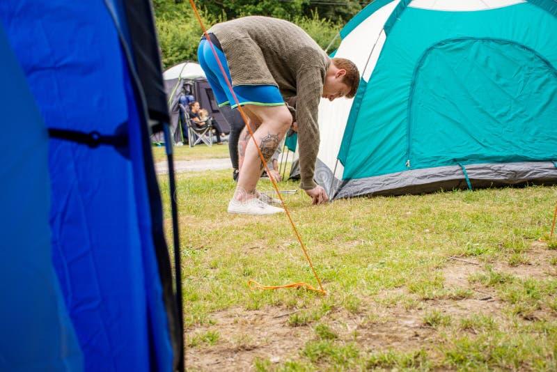 Matériel de camping de tente de tangage extérieur photographie stock libre de droits