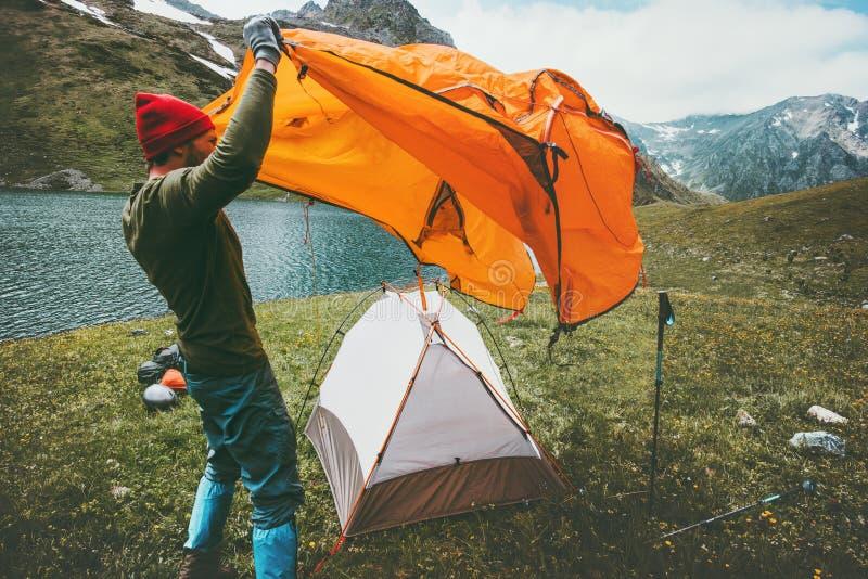 Matériel de camping de tente de tangage de voyageur d'homme extérieur photos libres de droits