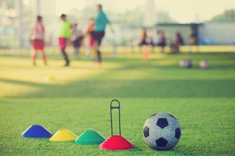 Matériel de formation du football sur le gazon artificiel images stock