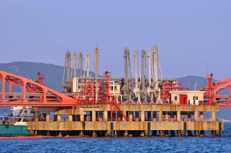 Matériel de matériel de transfert de pétrole sur la mer photos stock