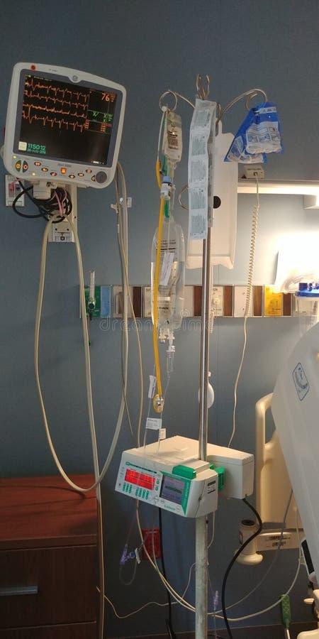 Matériel médical au chevet d'hôpital images libres de droits