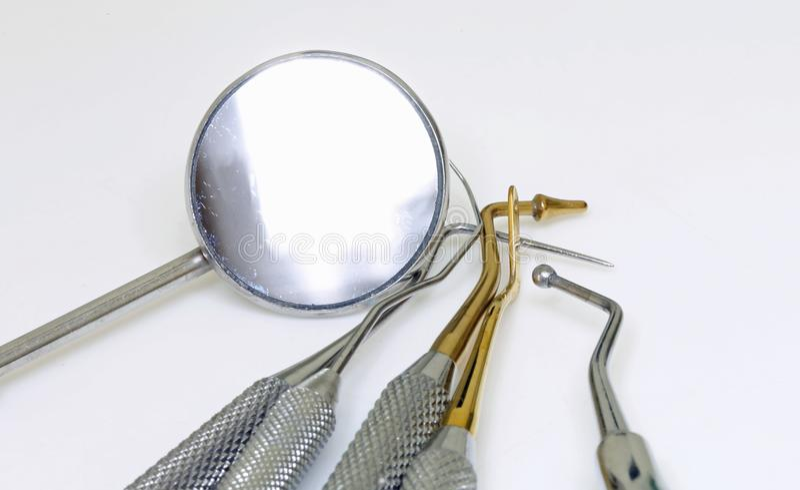 Matériel médical de dentiste pour le retrait du tartre photo libre de droits
