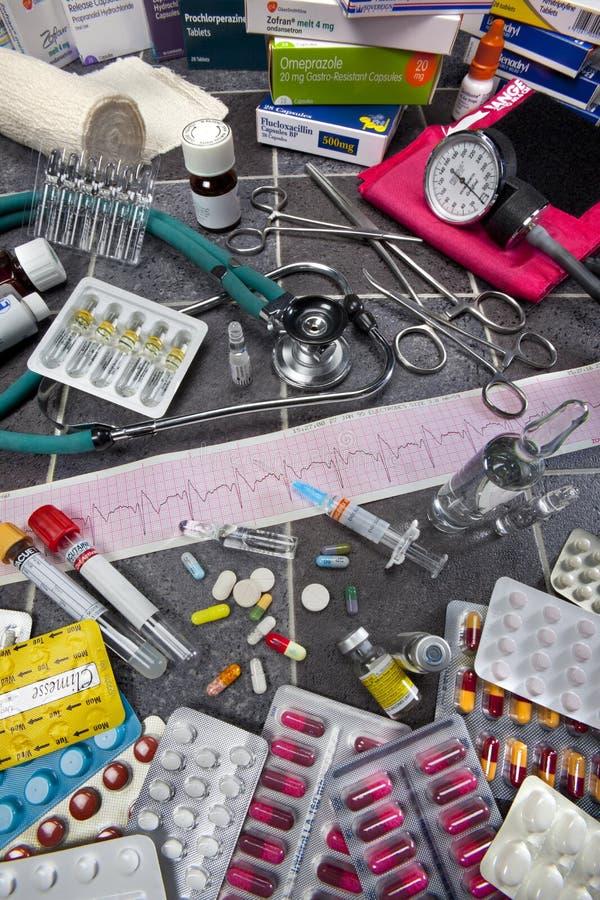 Matériel médical - ECG - drogues - pillules images stock