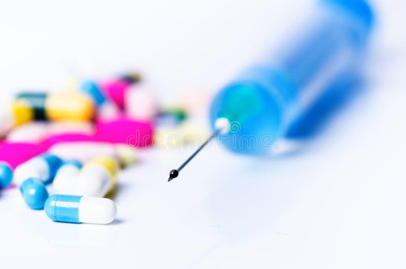 Matériel médical Injection d'isolement sur un fond blanc avec la réflexion Fond de pharmacie photo libre de droits
