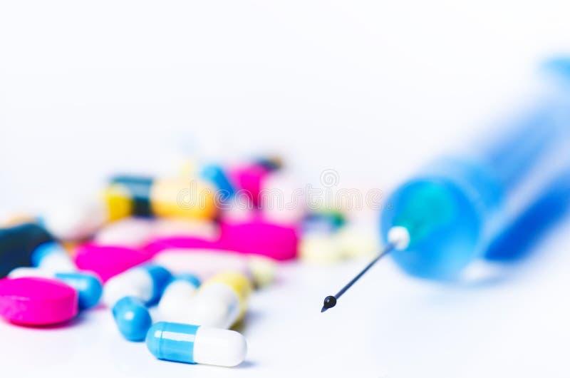 Matériel médical Injection d'isolement sur un fond blanc avec la réflexion Fond de pharmacie photographie stock libre de droits
