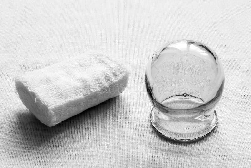 Matériel médical rétro Bandage de gaze et pot médical en verre sur le fond blanc de tissu Pékin, photo noire et blanche de la Chi images libres de droits