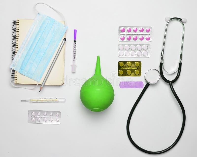 Matériel médical sur un fond blanc Stéthoscope, comprimé, Th photos libres de droits