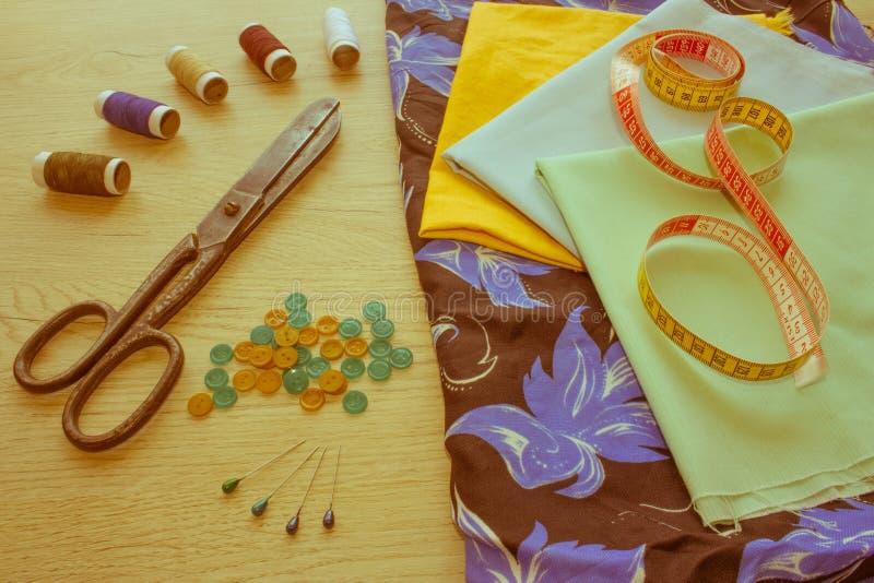 Matériel, mobilier et installations pour coudre dans l'atelier de couture de concepteur outils pour coudre pour le passe-temps in image stock