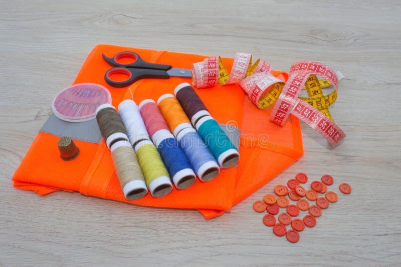 Matériel, mobilier et installations pour coudre dans l'atelier de couture de concepteur Instruments cousant le métier sur la fin  image stock
