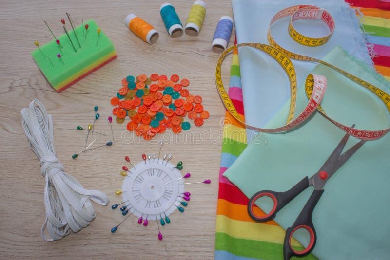 Matériel, mobilier et installations pour coudre dans l'atelier de couture de concepteur outils pour coudre pour le passe-temps in images stock