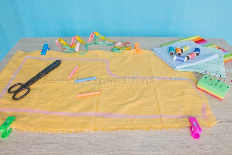 Matériel, mobilier et installations pour coudre dans l'atelier de couture de concepteur outils pour coudre pour le passe-temps in photo stock