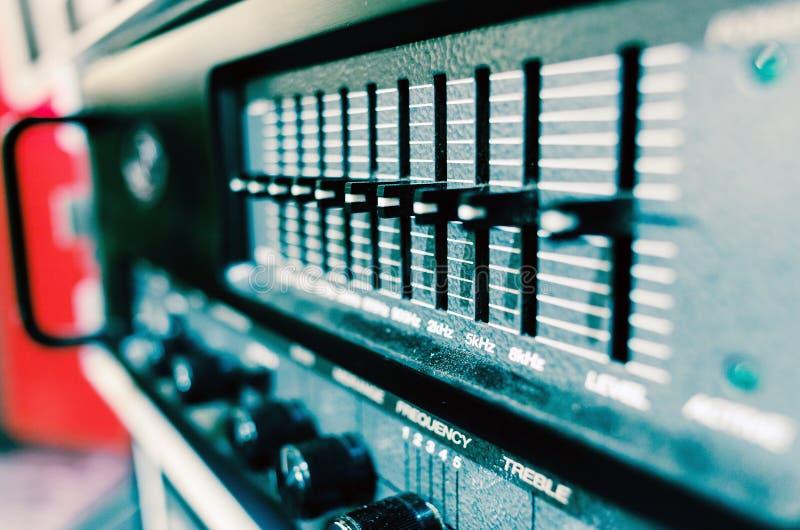 Matériel son audio professionnel avec des boutons et des glisseurs photos stock