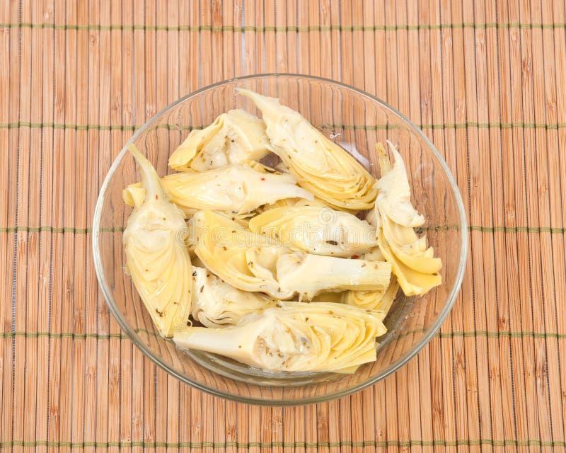 Mat av förälskelse, marinerade kronärtskockor arkivfoto