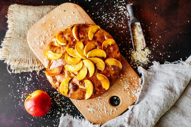 Mat efterrätt, bakelser, paj Smaklig härlig äppelpaj arkivfoto