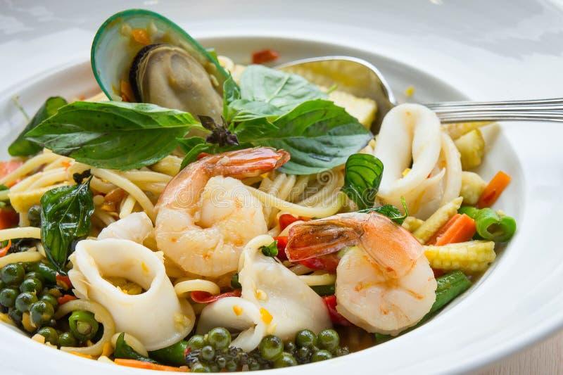 Mat för alkis för spagettihavsmat kryddig läcker thailändsk på vit D royaltyfri bild
