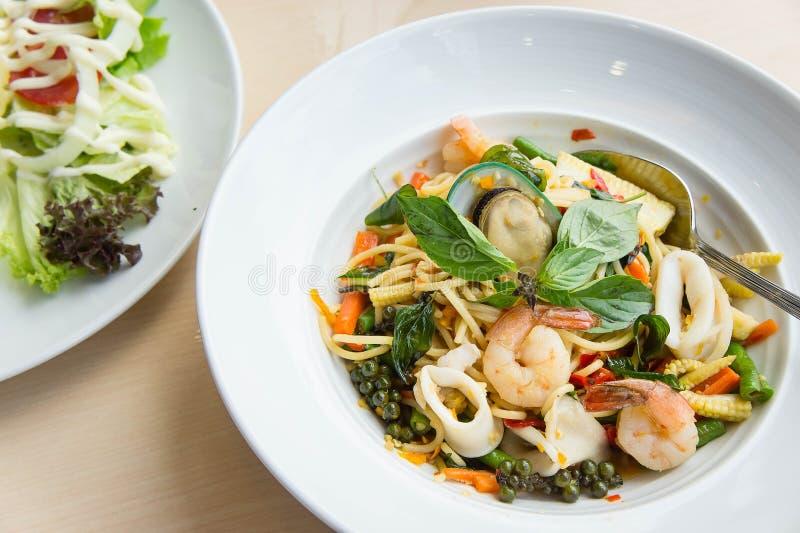 Mat för alkis för spagettihavsmat kryddig läcker thailändsk på vit D arkivbild